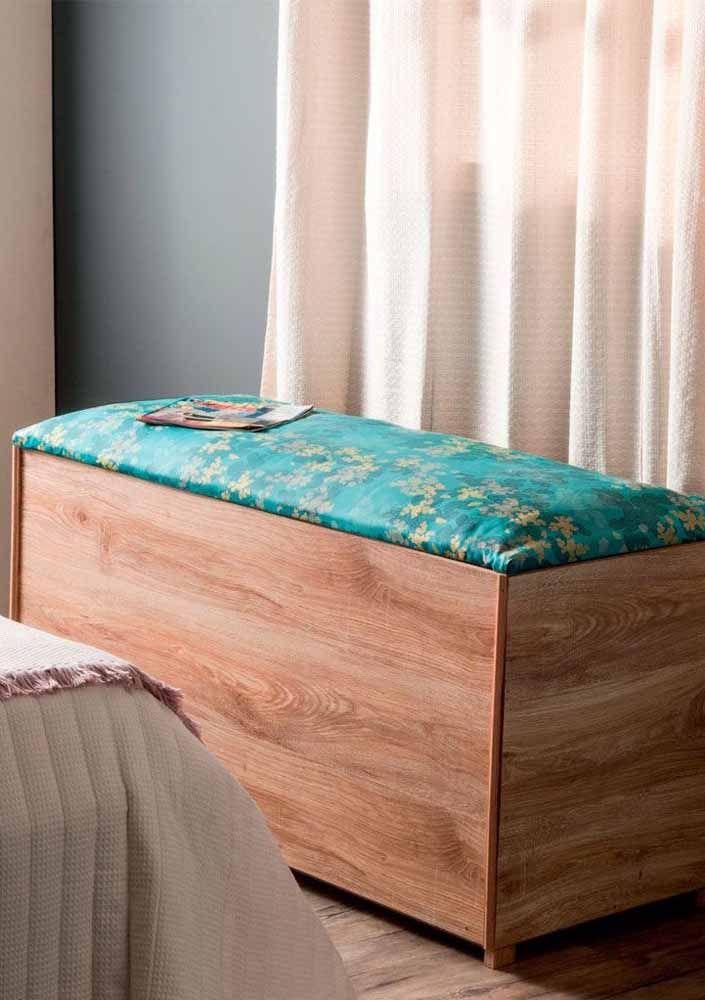 Pouf coffre en bois avec rembourrage coloré: un excellent modèle pour les décorations rustiques