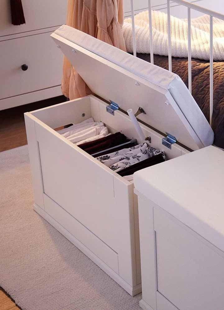 Dans cette chambre, la poitrine bouffée se trouve au pied du lit et sert à organiser les draps