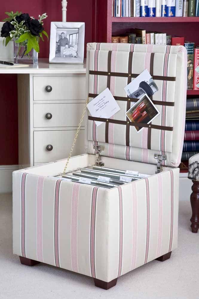 Ici, la bouffée de poitrine carrée stocke et organise les dossiers;  la bande de cuir sur la couverture permet de visualiser facilement les papiers individuels