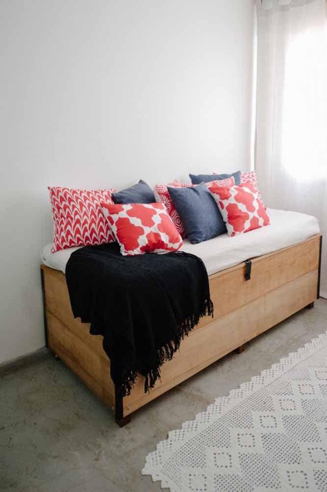 Pour rendre la poitrine plus confortable et invitante, décorez-la avec des oreillers et une couverture