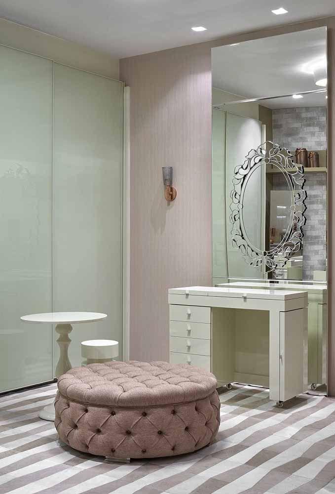 Le placard de couleur pastel a été valorisé par la présence de la finition bouffante ronde rose et capitone