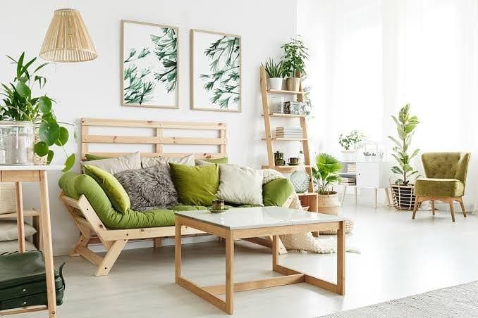 coussins et touches vertes dans la décoration de la chambre