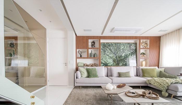 coussins et accents verts dans la décoration de la chambre