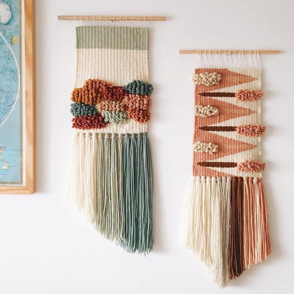 ensemble de deux tapisseries au mur