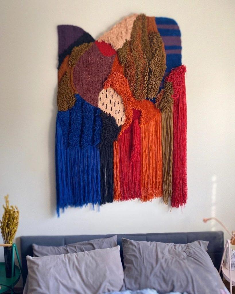 tapisserie sur le mur dans la décoration de la chambre