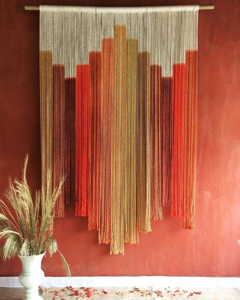 tapisserie dans le même ton que le mur dans les tons orange