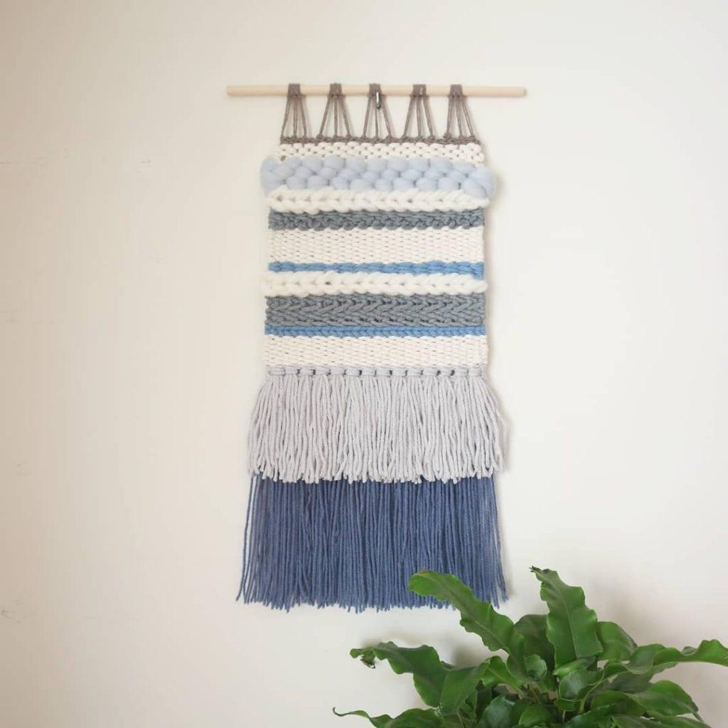 tapisserie moderne dans les tons de bleu clair et blanc