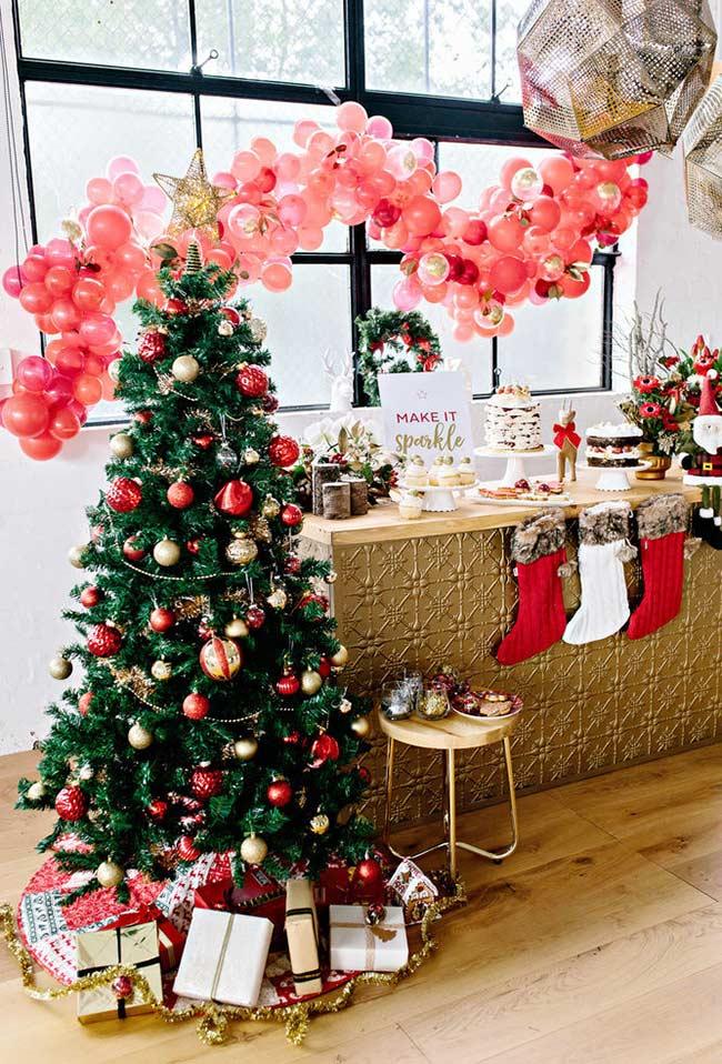 Sapin de Noël décoré d'ornements rouges et or