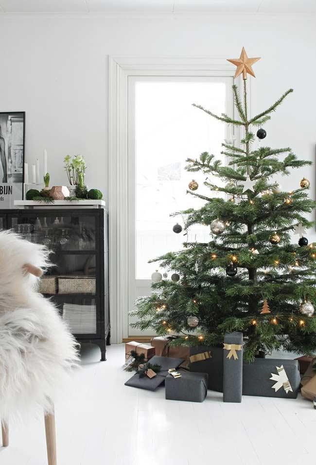 Arbre avec peu de branches et décoration plus sobre