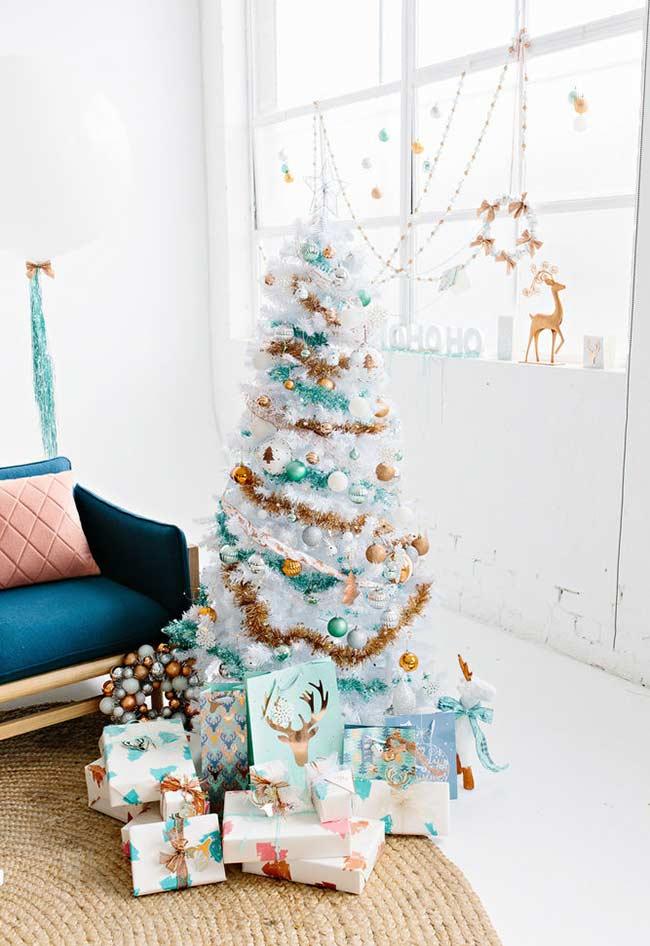 Transformez le sapin de Noël blanc avec des couleurs