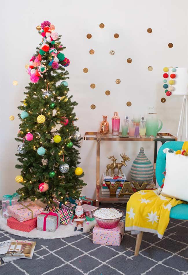 Sapin de Noël décoré d'ornements faits à la main sur le dessus