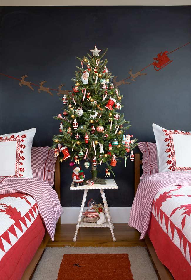 Père Noël, rennes, elfes et bonbons dans la décoration de l'arbre de Noël