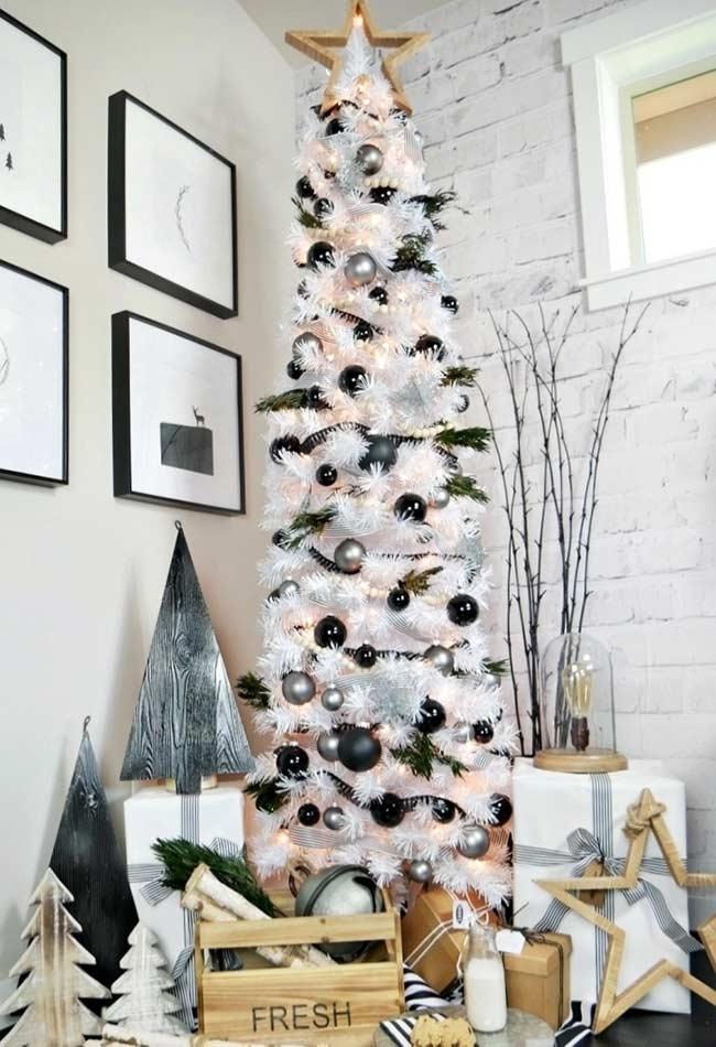 Grand arbre de Noël avec des branches