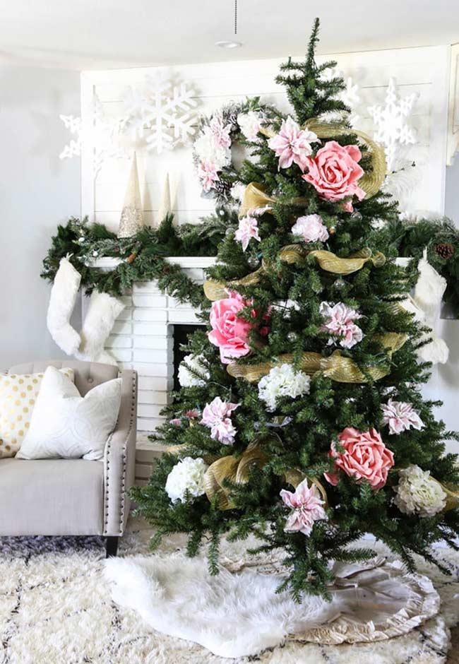 Sapin de Noël avec des fleurs en papier géantes