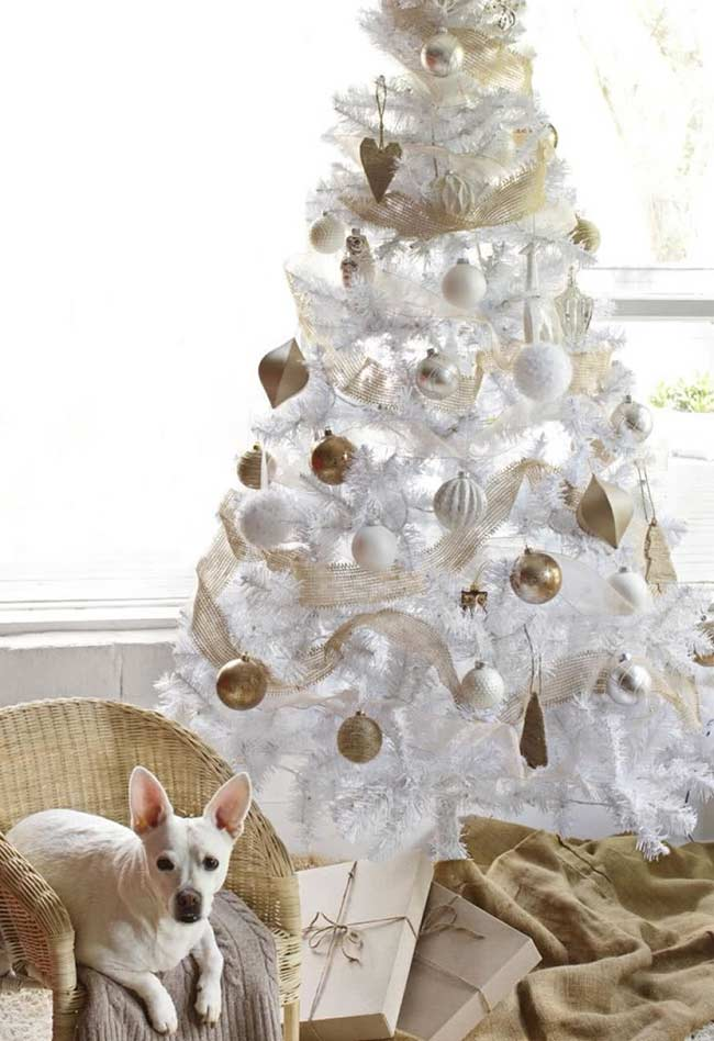 Décoration d'arbre avec blanc et or