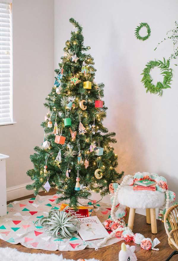 Boîtes colorées et ornements pour un arbre de Noël traditionnel