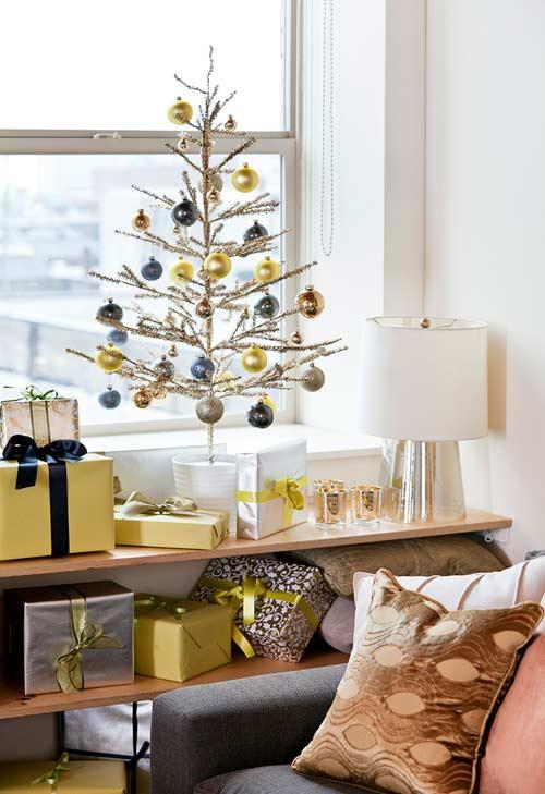 Boules de Noël suspendues à l'arbre