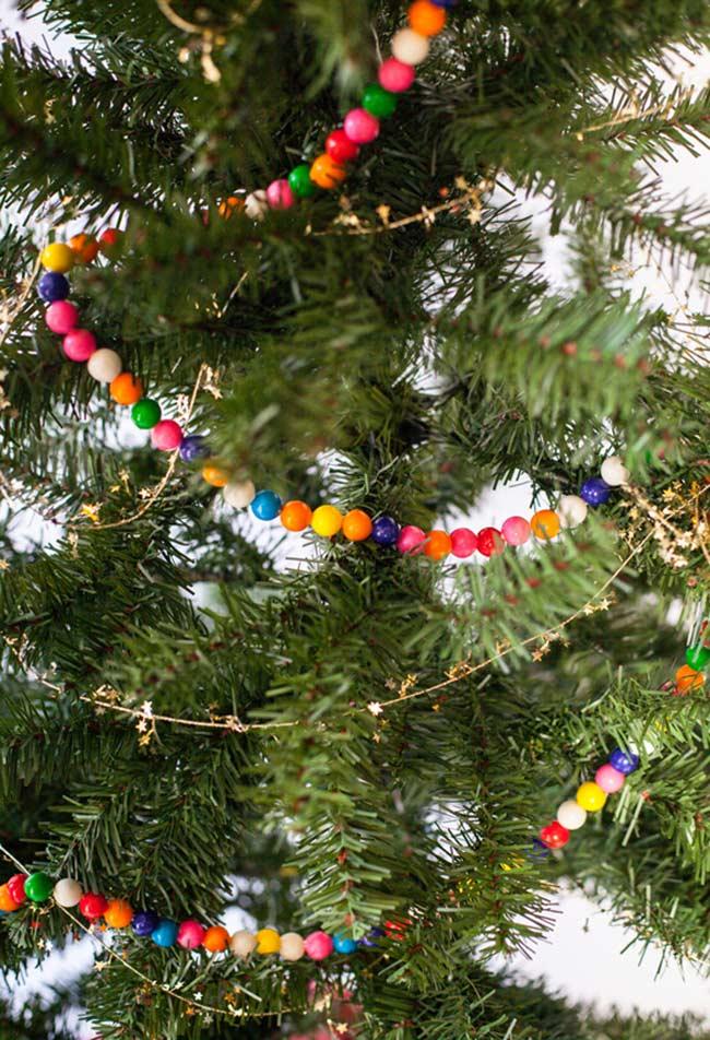Colliers de perles et chaînes colorées pour le sapin de Noël décoré