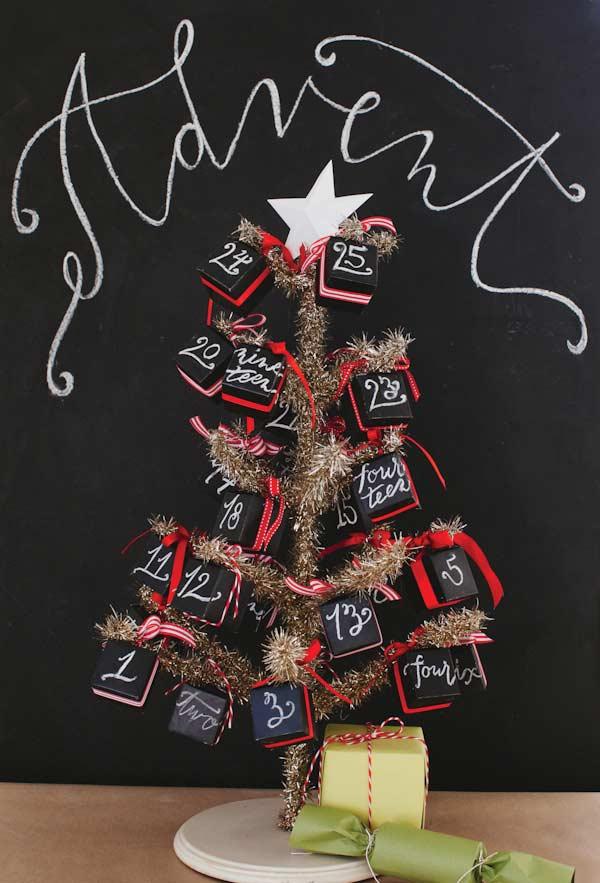 Sapin de Noël décoré en forme de calendrier
