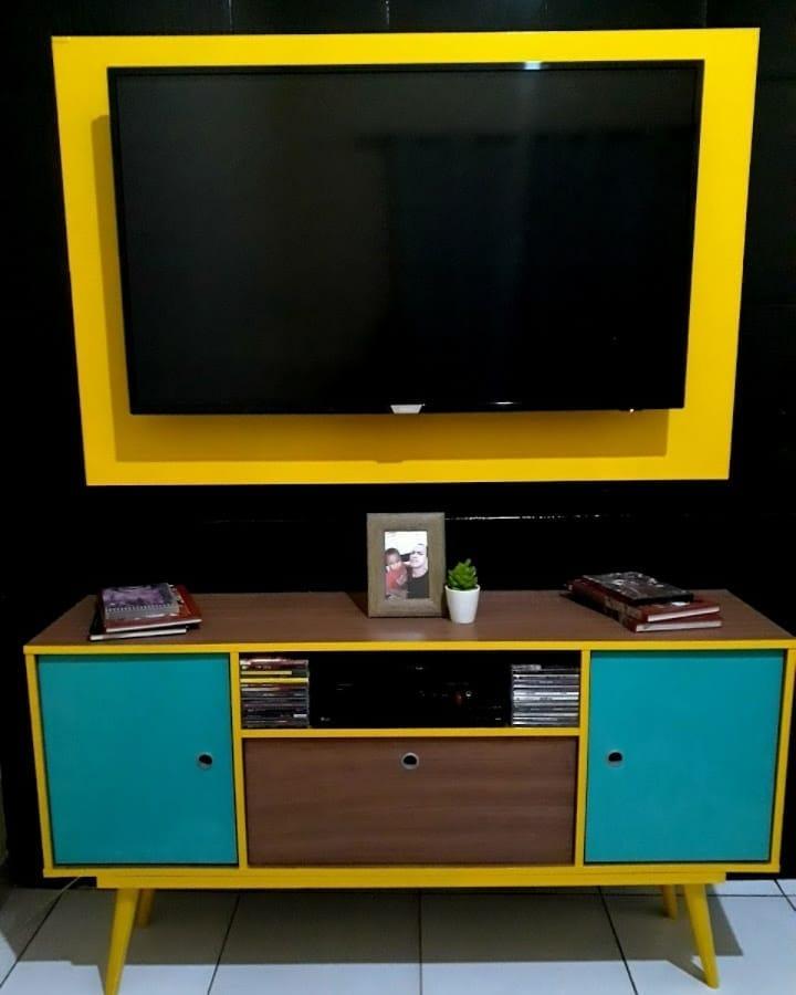 support rétro jaune et bleu avec panneau TV