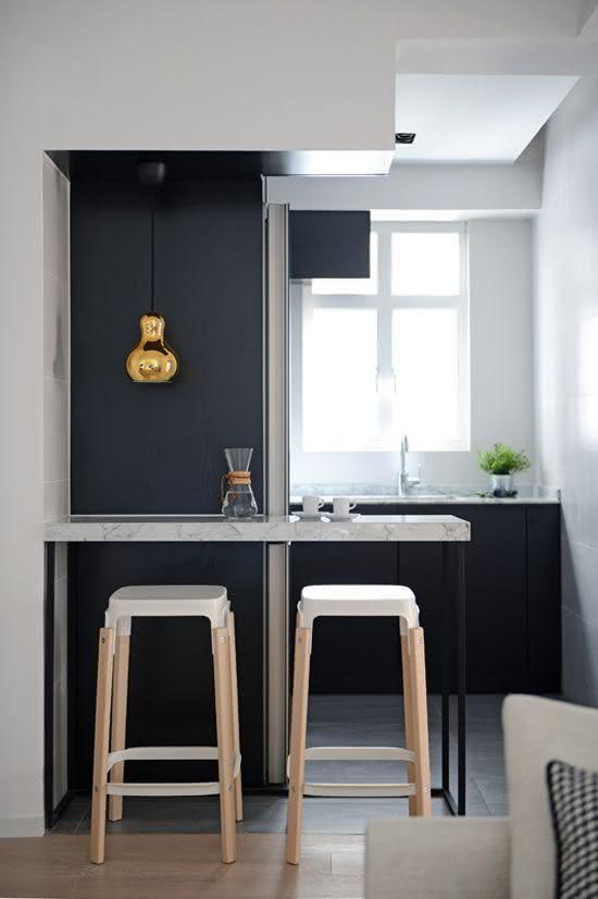 Tabouret de cuisine avec base en bois et assise en acrylique blanc