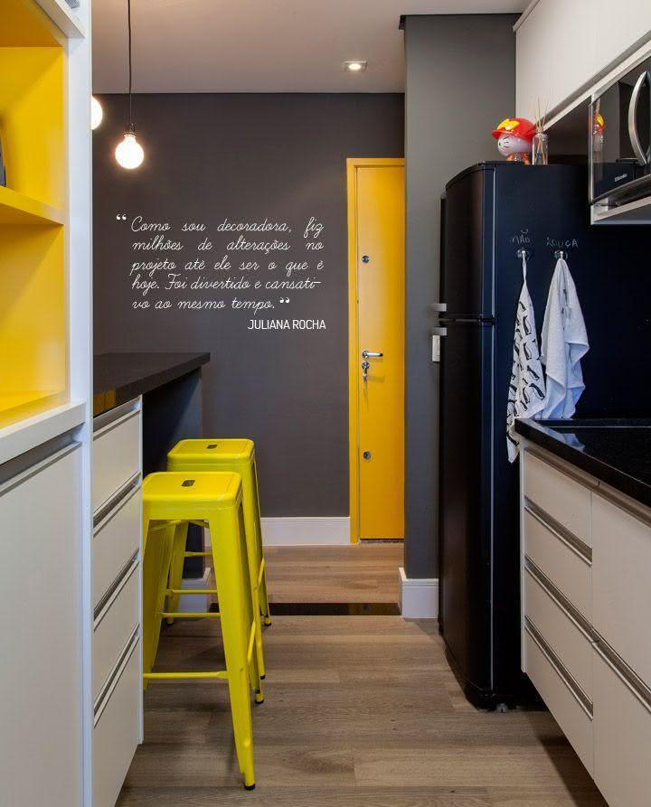 Tabouret de cuisine en métal peint jaune