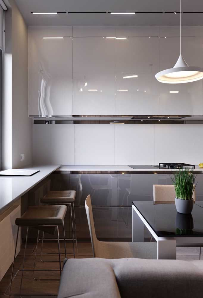Les couleurs claires des meubles rendent l'environnement beaucoup plus large