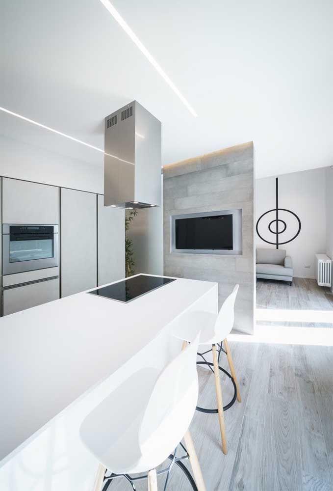 Regardez la largeur de la cuisine avec la combinaison d'un comptoir et d'un tabouret de la même couleur