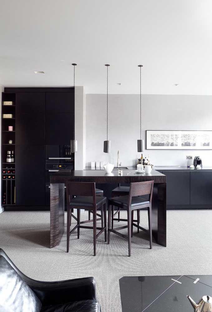 Placez une table au centre de la cuisine et choisissez des tabourets de style chaise