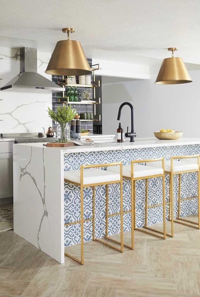 Le détail doré de ces tabourets fait le grand charme de cette cuisine
