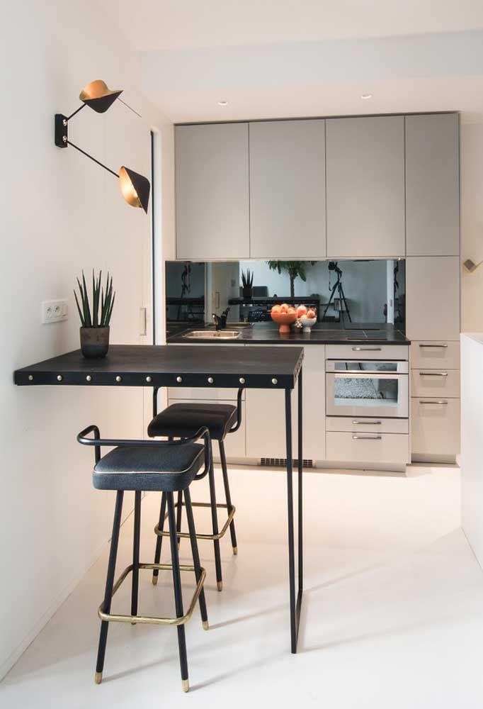 Pour un appartement double, une petite table et deux tabourets suffisent