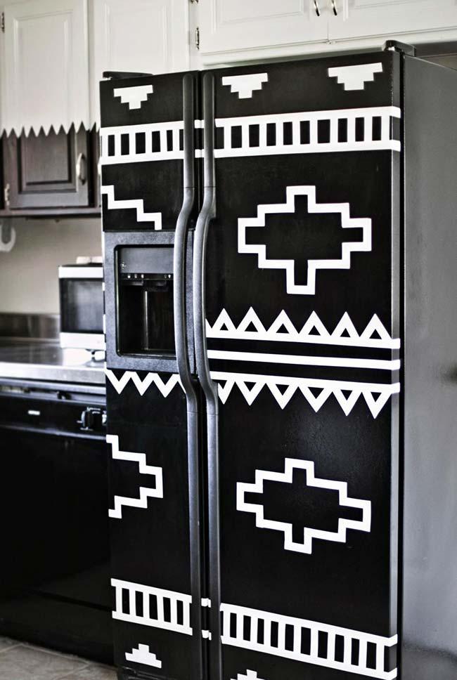 Un frigo à imprimé ethnique fait avec vous savez quoi?  Du ruban électrique bien sûr!