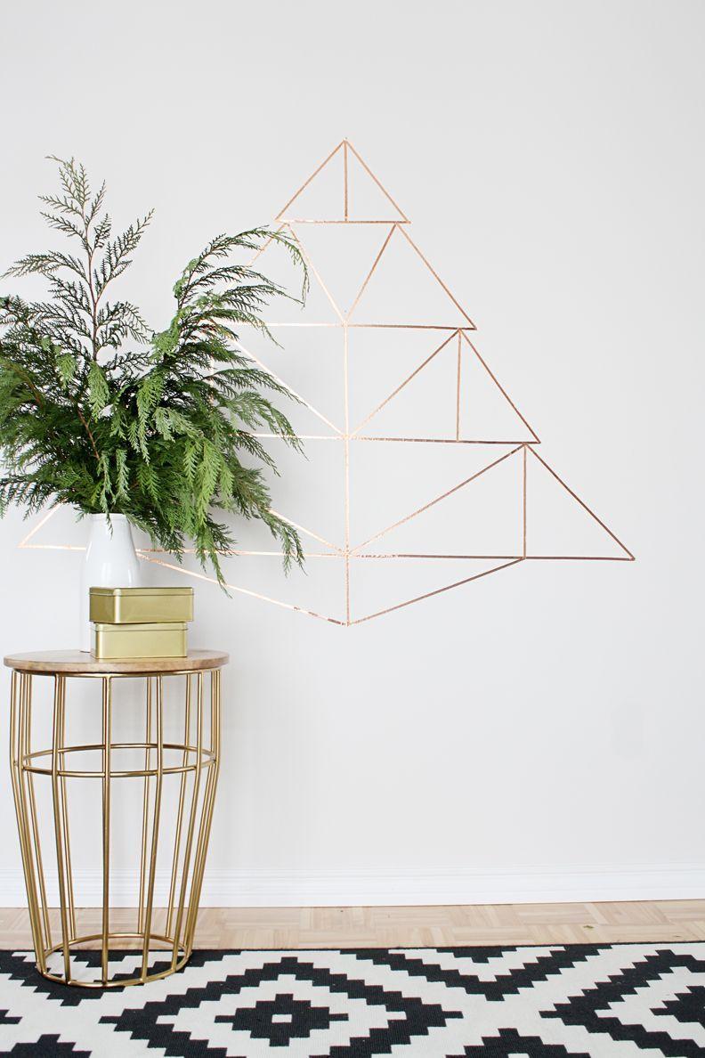 Que diriez-vous de parier sur une forme géométrique avec effet 3D sur le mur?  Ceci est possible en utilisant du ruban électrique métallique