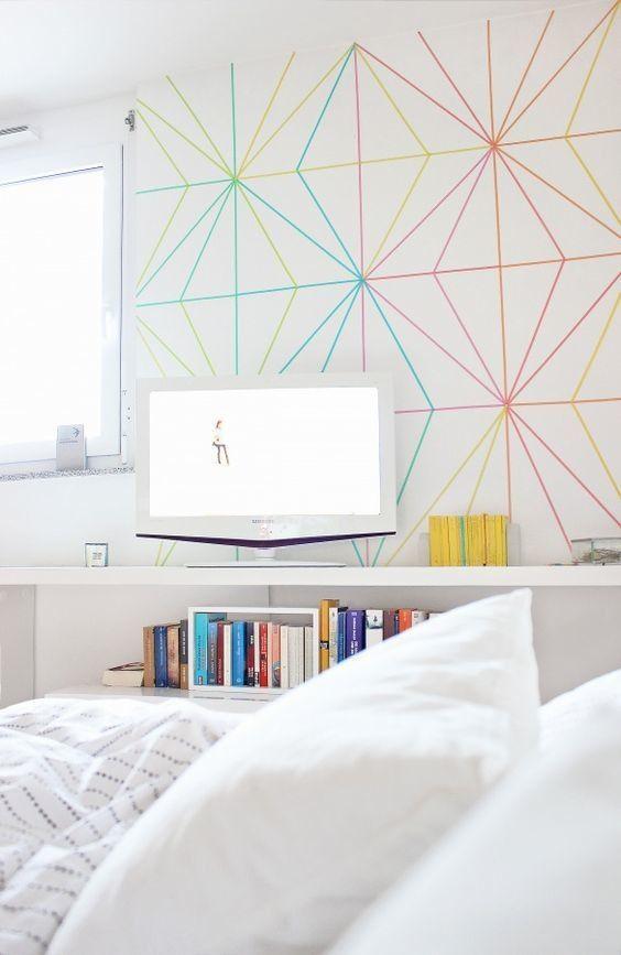 Illusion d'optique sur le mur créée à partir de bandes isolantes colorées