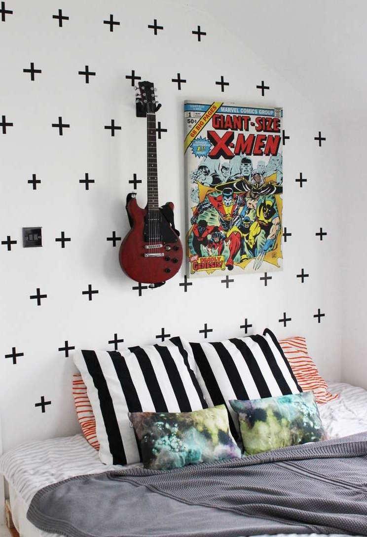 Panneaux «Plus» réalisés avec du ruban électrique: idée de décoration simple, moderne et décontractée