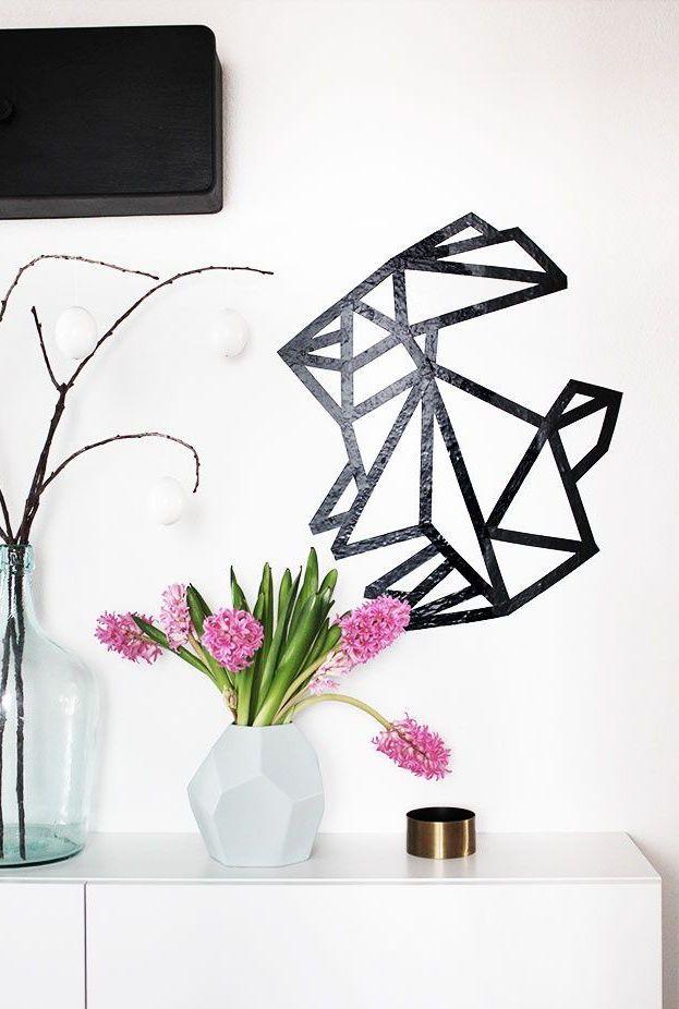 Un joli lapin fait avec du ruban électrique aide à décorer le mur principal de la pièce