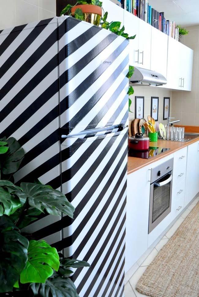 Décoration avec ruban électrique: réfrigérateur recouvert de ruban électrique épais