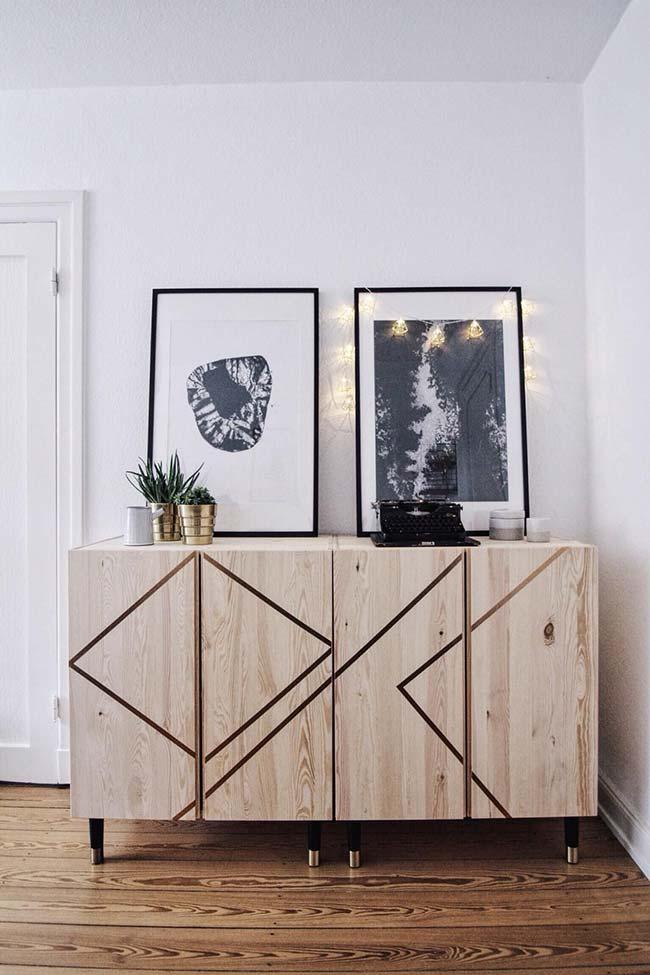 La décoration avec du ruban électrique a créé un effet moderne dans l'armoire en bois