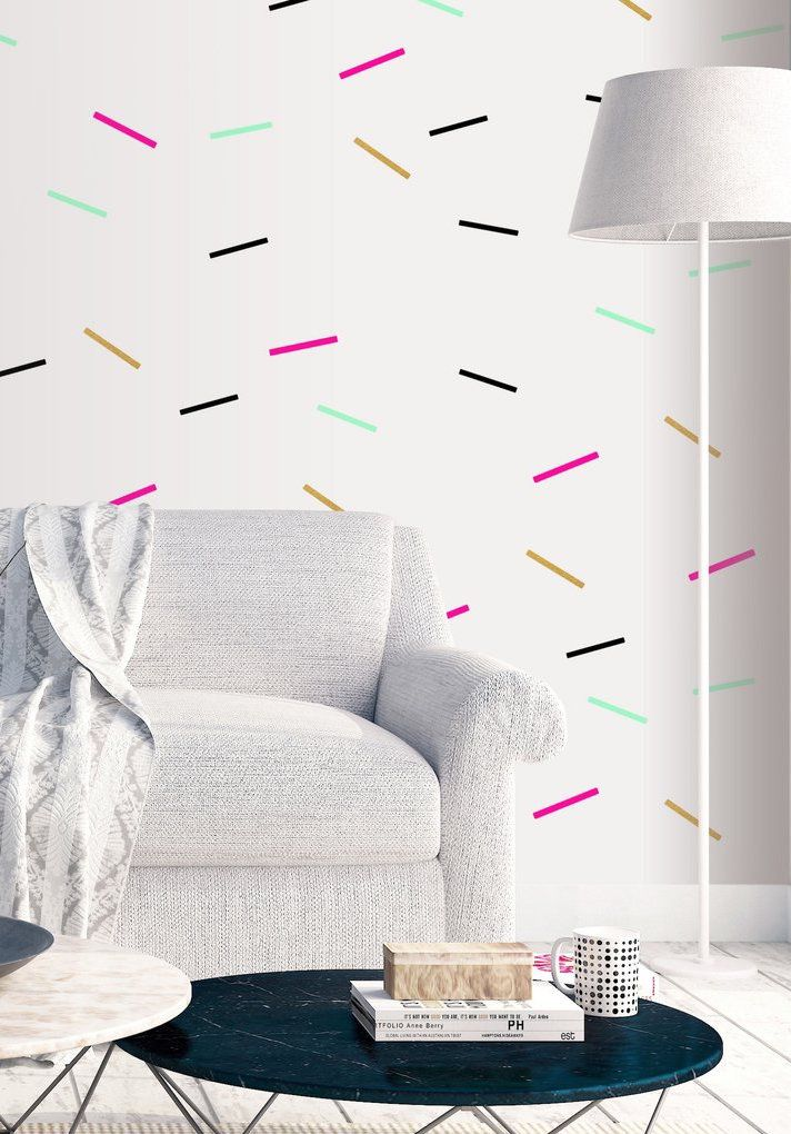 Le mur avec du ruban électrique donne une touche subtile de couleur et de mouvement à la pièce