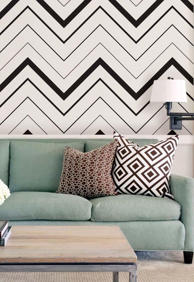Décoration avec ruban électrique: impression actuelle, chevron, réalisée avec du ruban électrique pour décorer le mur du salon