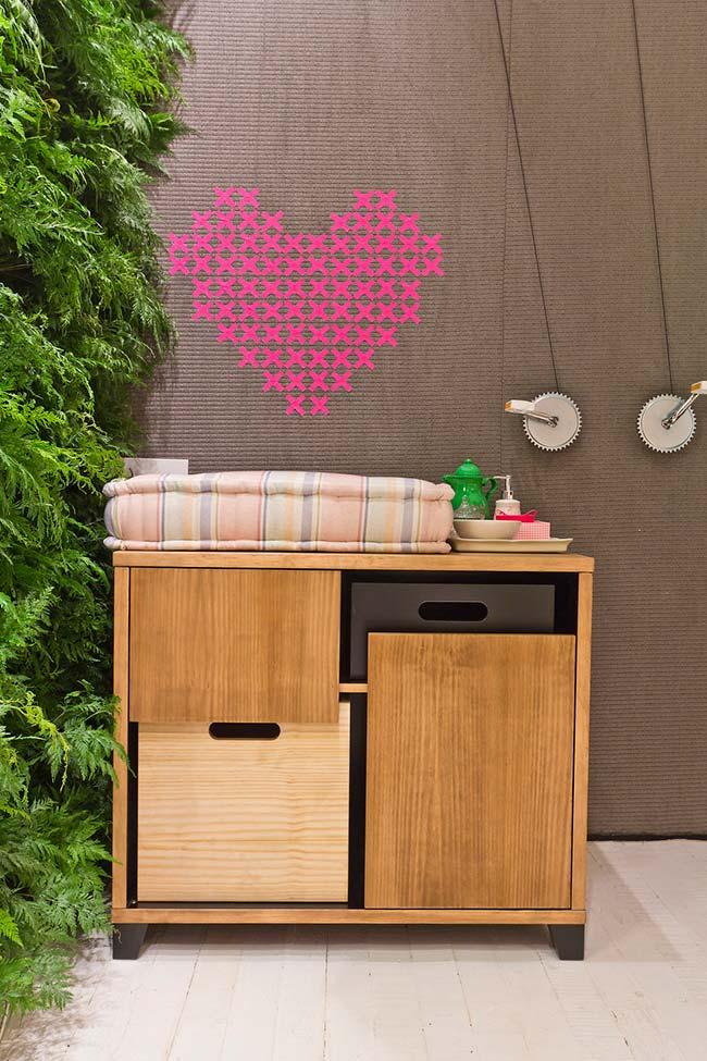 Plusieurs «x» de ruban isolant forment ce cœur rose