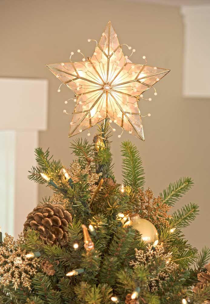 Étoile de Noël dorée et illuminée pour correspondre aux arrangements d'arbres