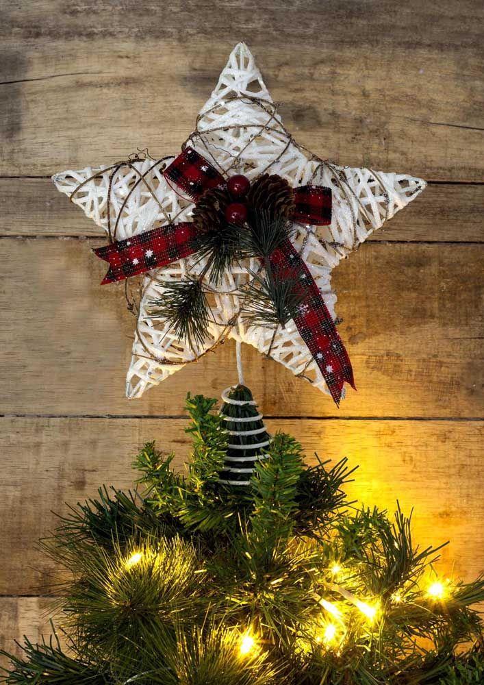 Étoile de Noël faite avec de la ficelle et décorée de ruban et de pommes de pin