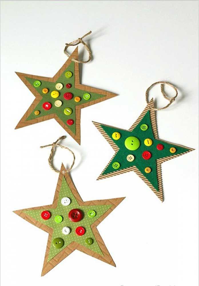 Le papier et les boutons forment cette étoile de Noël simple mais très charmante