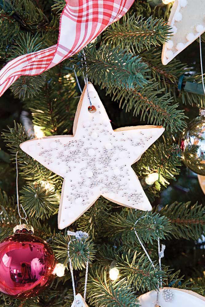 Avez-vous pensé à accrocher des biscuits en forme d'étoile sur l'arbre?  Différent, n'est-ce pas?