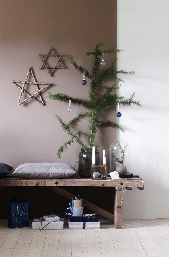 Au lieu d'être sur l'arbre, les étoiles ont été placées sur le mur