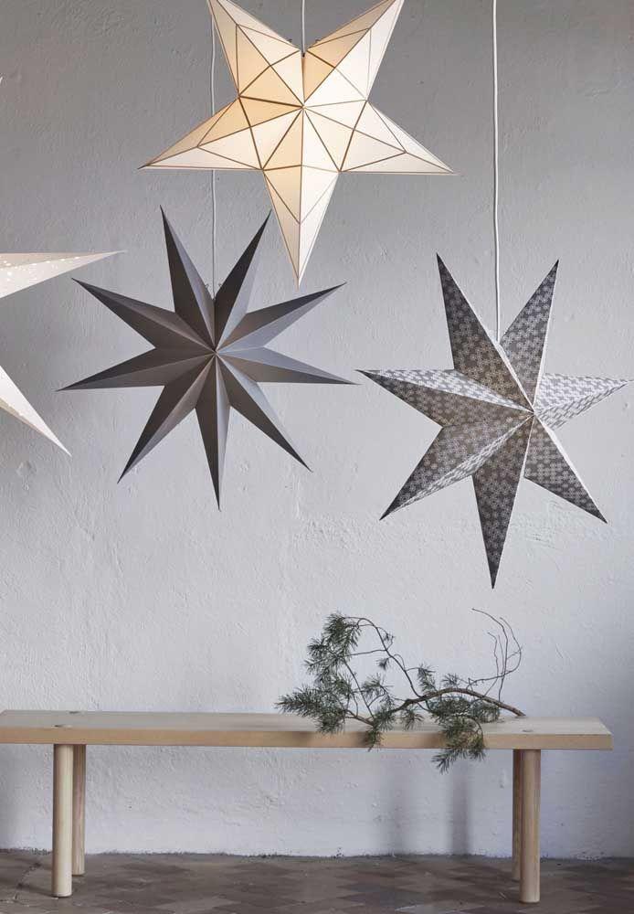 Quelle belle idée!  Suspendez les étoiles en papier par des fils de nylon;  notez que chacun suit un format différent