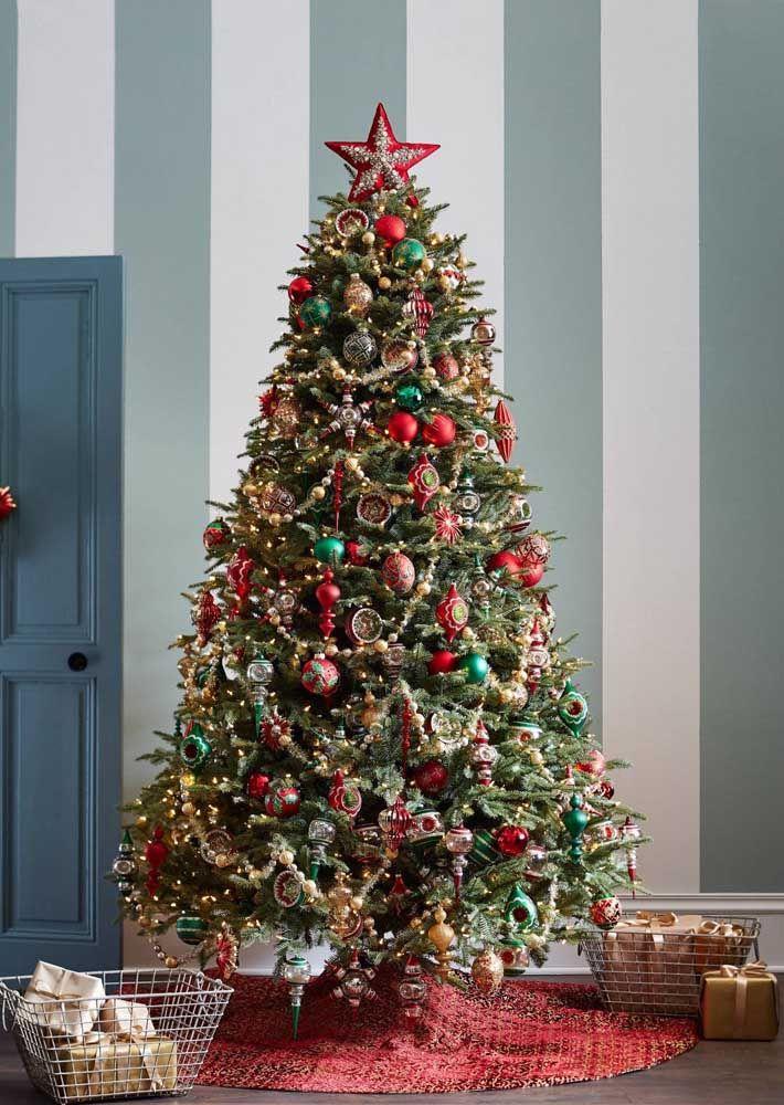 L'étoile de Noël au sommet de l'arbre est comme la cerise sur le gâteau au chocolat