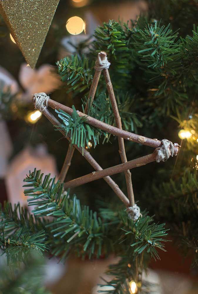 Invitez les enfants à ramasser du bois d'allumage, puis à assembler les étoiles de Noël ensemble