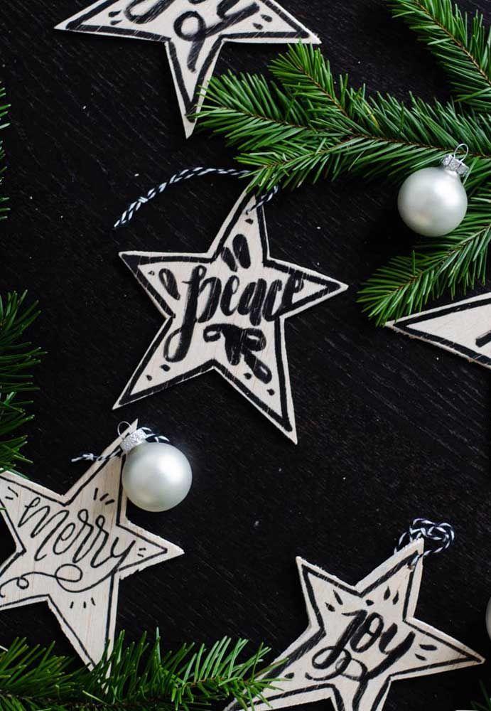 Vœux pour un Noël joyeux et paisible littéralement écrit dans les étoiles